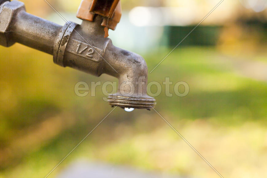 The water tap is not tightly screwed and lose water