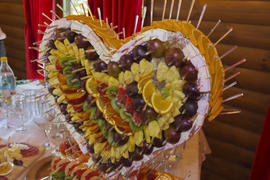 The cake of fruit in the shape of heart